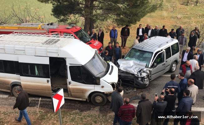 Araçlar Kafa Kafaya Çarpıştı: 14 Yaralı