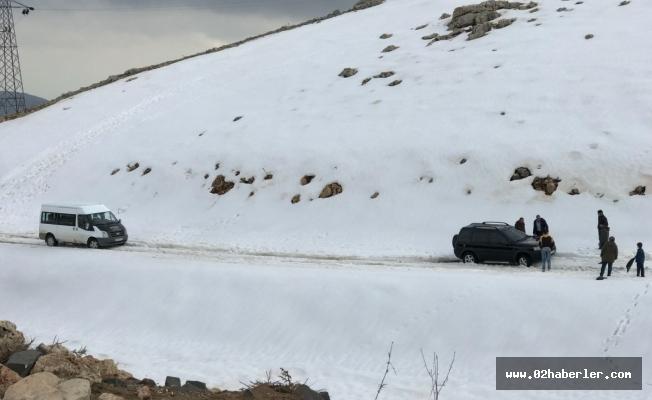 Kar'da Mahsur Kalan Turistleri Köylüler Kurtardı