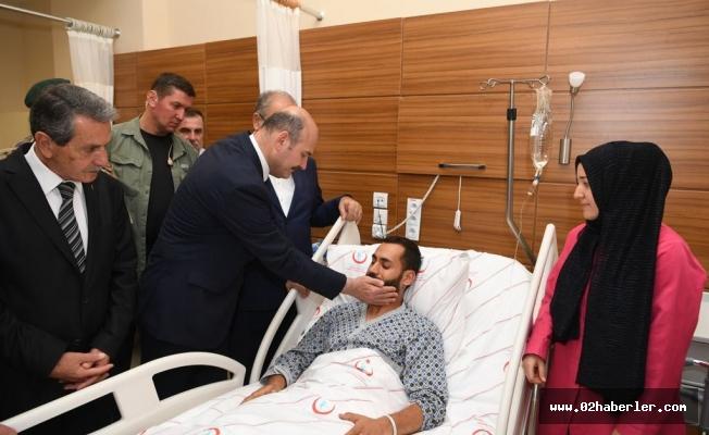 Bakan Soylu, Yaralı Askerleri Hastanede Ziyaret Etti