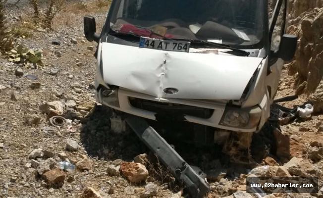 Otomobil Şarampole Uçtu: 2 Kişi Yaralı