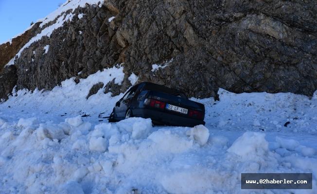 Buzda kayan otomobil takla attı: 3 Yaralı
