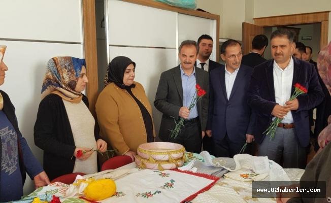 AK Parti heyetinden kadınlara karanfil