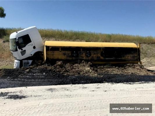 Kahta'da petrol tankeri devrildi: 1 yaralı