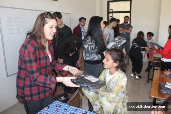 Öğrenciler köy okullarına kardeşlik elini uzattı