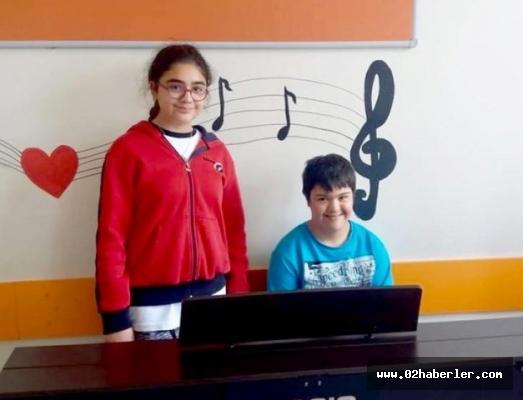 Down Sendromlu çocuğa piyano çalmayı öğretti