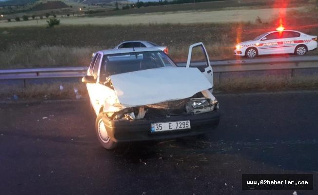 Otomobil Bariyerlere Çarptı: 3 Yaralı