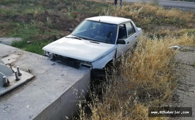 Otomobil Betona Çarptı: 2 Yaralı