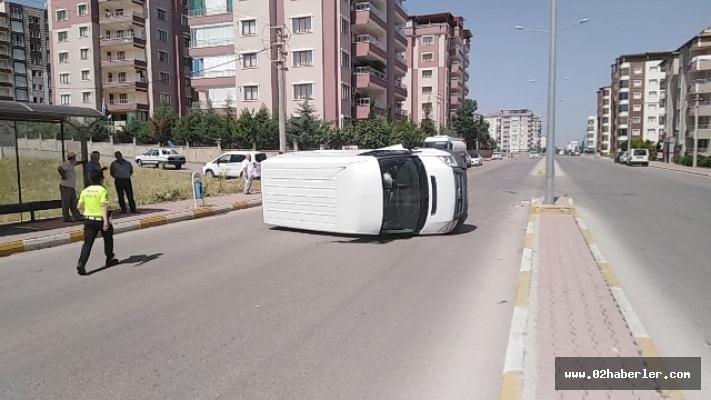Refüje Çarpan Minibüs Takla Attı