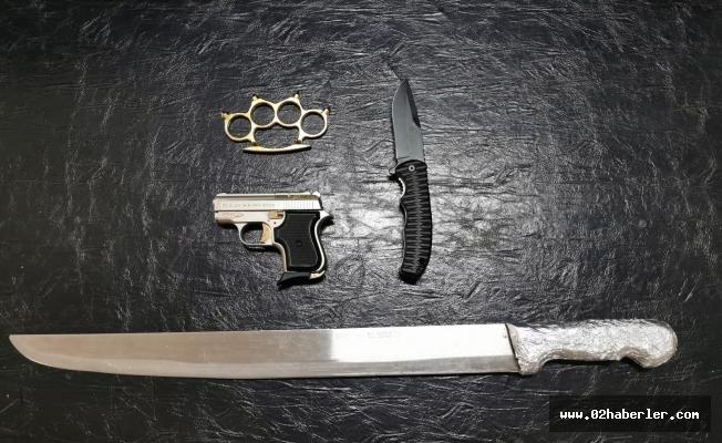 Şüpheli Otomobilde Döner Bıçağı ve Tabanca Ele Geçirildi