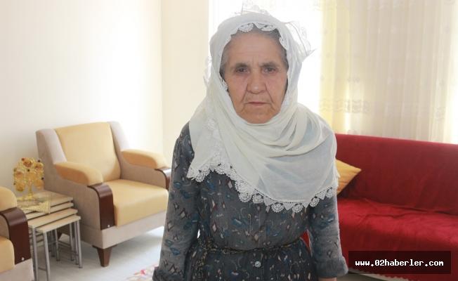 Evi yanan yaşlı kadının yüzü güldü