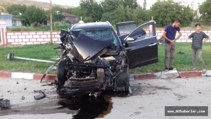 Otomobil park halindeki tıra çarptı: 1 ağır yaralı