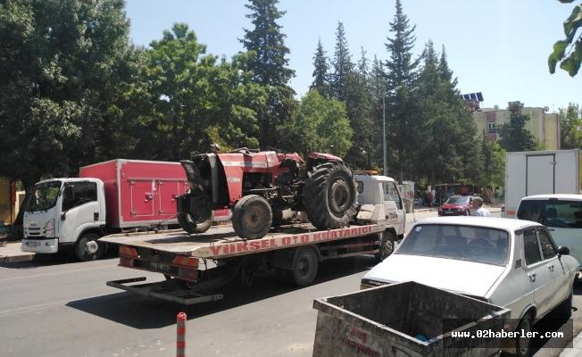 Besni'de traktör devrildi: 2 yaralı
