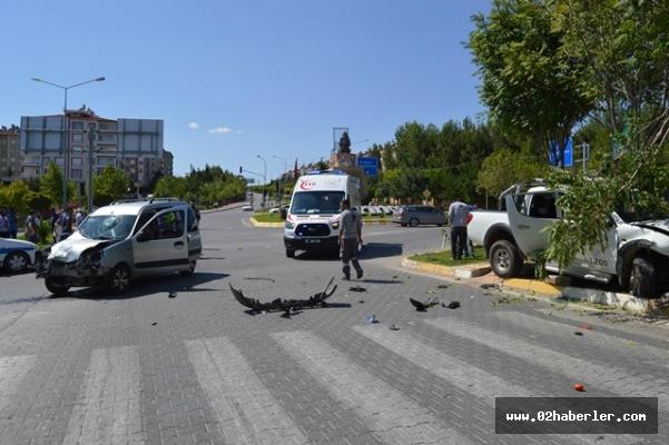 Hafif ticari araç ile kamyonet çarpıştı: 5 yaralı
