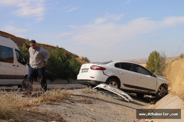 Tekeri patlayan otomobil şarampole yuvarlandı: 5 yaralı