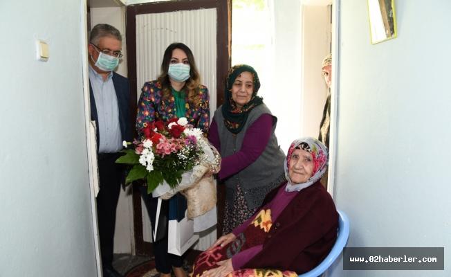 """Asırlık Çınara """"Anneler Günü"""" Ziyareti"""