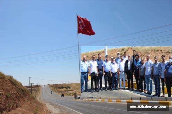 Kahta Belediyesi İlçe Girişine Dev Türk Bayrağı Dikti