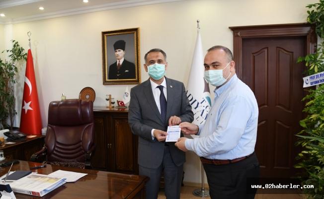 Vali Çuhadar Kurbanını Diyanet Vakfını Bağışladı