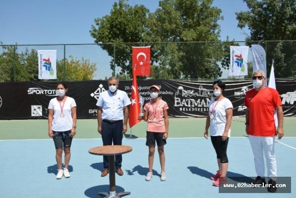 Kızlar Teniste Madalyaları Kaptı