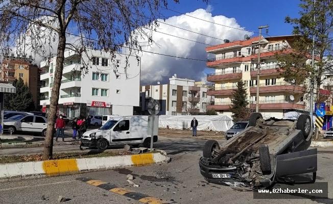 Kaza Yapan İki Araçtan Biri Takla Attı: 2 Yaralı