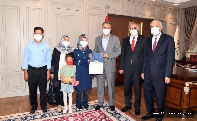 Vali Mahmut Çuhadar, YKS İl Birincisi Hatice Ünlü'yü Ödüllendirdi