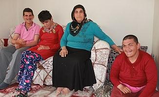 Üç engelli çocuğuna hem annelik hem de babalık yapıyor
