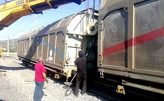 Askeri mühimmat taşıyan tren raydan çıktı