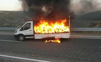 Ayakkabı yüklü kamyonet alev alev yandı