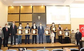 Şehit Ailelerine ve Gazilere Devlet Övünç Madalyası Takdim Edildi