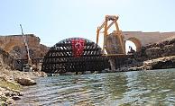 Sel suları 400 tonluk demir iskeleyi sürükledi