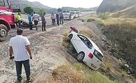 Otomobil uçurumun kenarında asılı kaldı