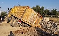 Hafriyat kamyonu çukura düştü